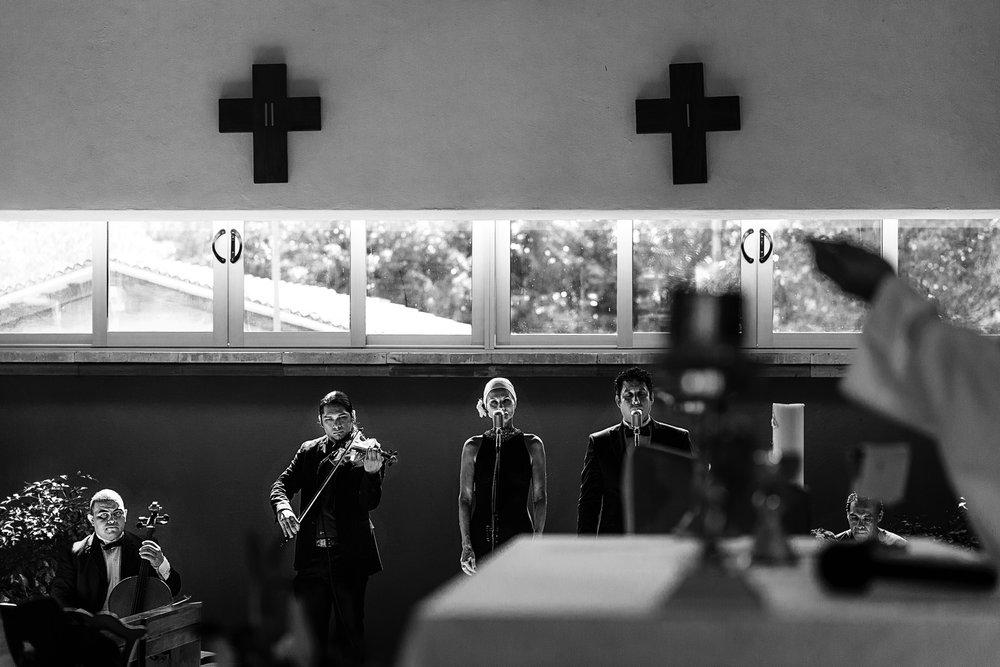 Músicos durante ceremonia religiosa de boda