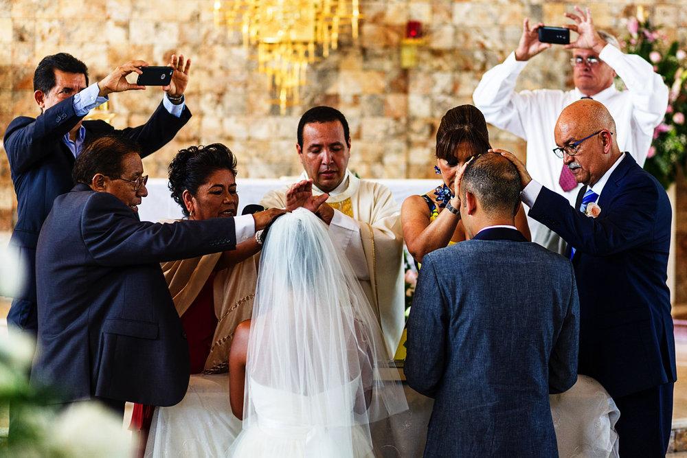 Padres de ambos contrayentes dando bendiciones para la pareja de novios