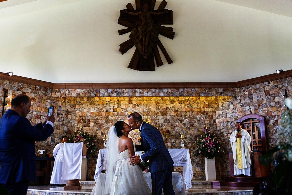 Beso de la pareja en la iglesia al terminar ceremonia religiosa de su boda