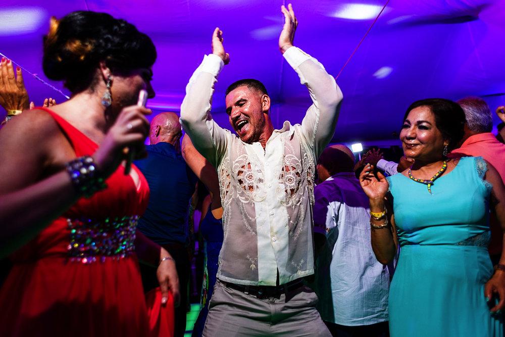 Invitados disfrutando y sacando sus mejores movimientos en la pista de baile