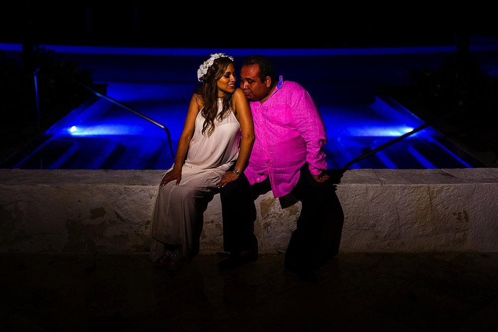 Retrato de pareja sentados frente a la alberca en el hotel St Regis Punta MIta