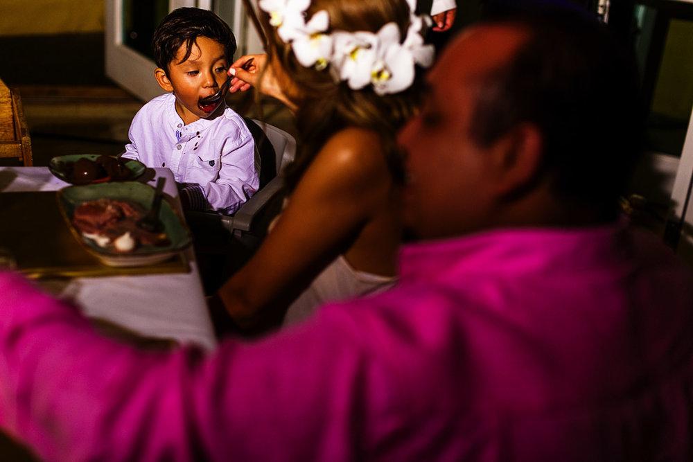 La novia dandole postre de su hijo durante la cena