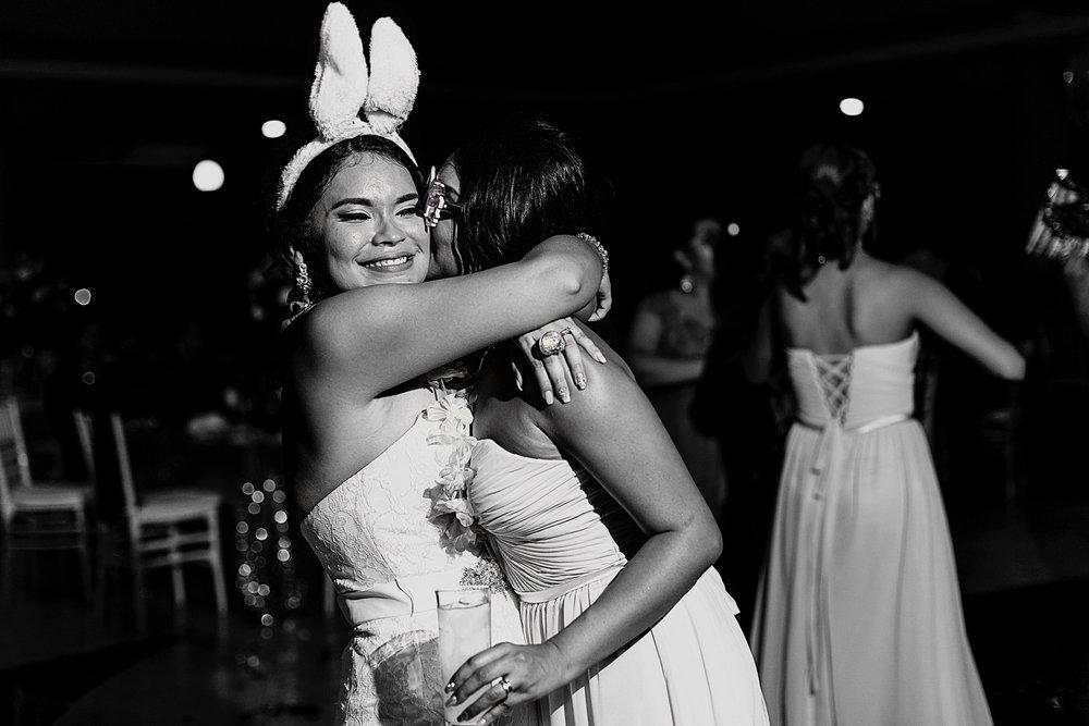 Novia y su hermana se abrazan como muestra del gran afecto que tienen al una por la otra