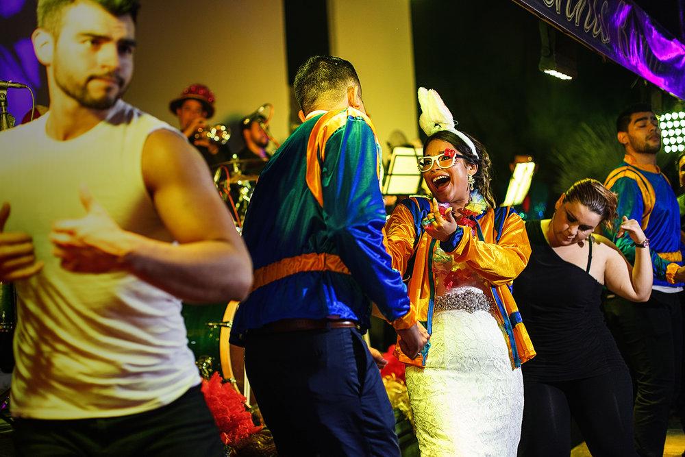 Novia y novio cantan y bailan en el escenario al ritmo de musica pop mexicana de los 80's