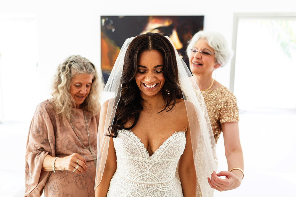 mothers-help-bride-wedding-veil
