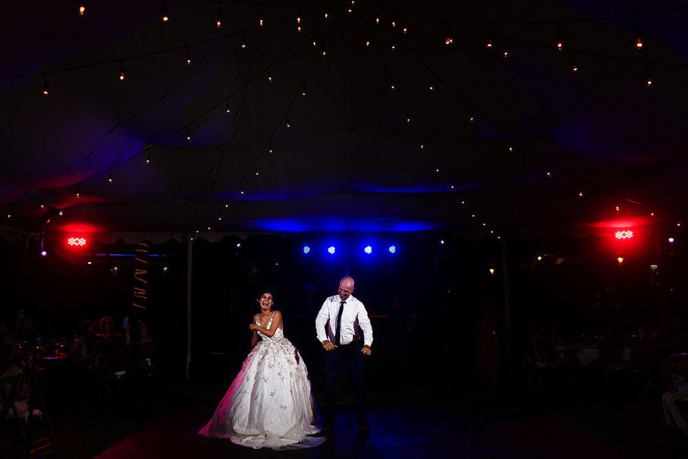 Baile especial de la pareja de recién casados en el día de su boda en la playa