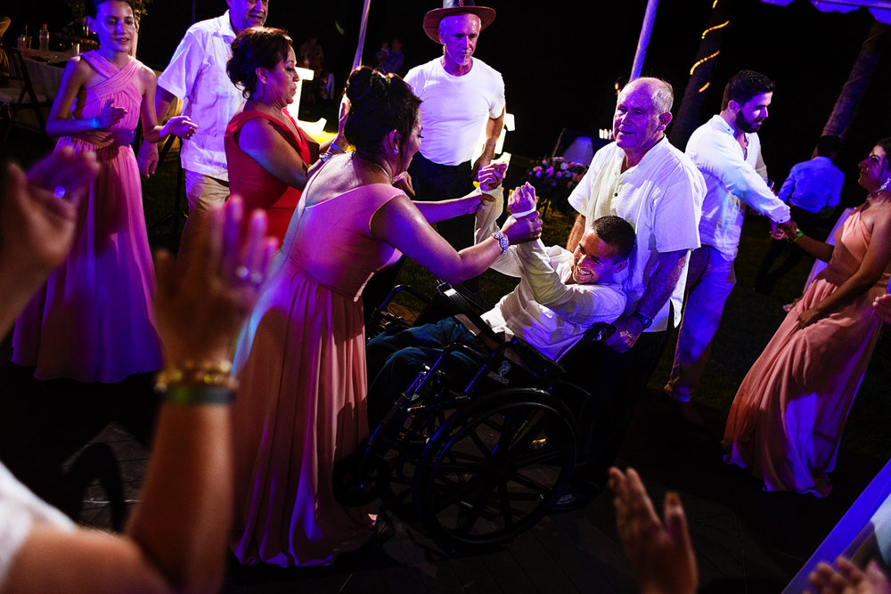Invitado en silla de ruedas en la pista de baile divirtiéndose
