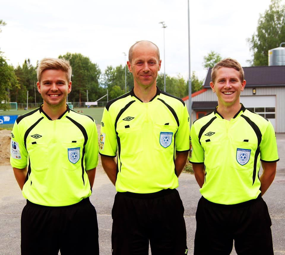 BLID TRIO: Resa Hauge debuterte i Nesodden-Birkebeineren. Henrik Skjevestad (26) (t.v.) og Isaak Bashevkin (24) var assistentdommere.