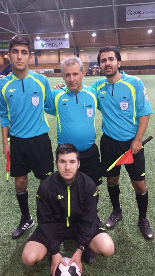 STORT ØYEBLIKK: Mustafa Keser omflankert av sønnene Furkan (t.v.), Bekir og Hakan (foran) etter finalekampen i Vallhall fredag kveld.