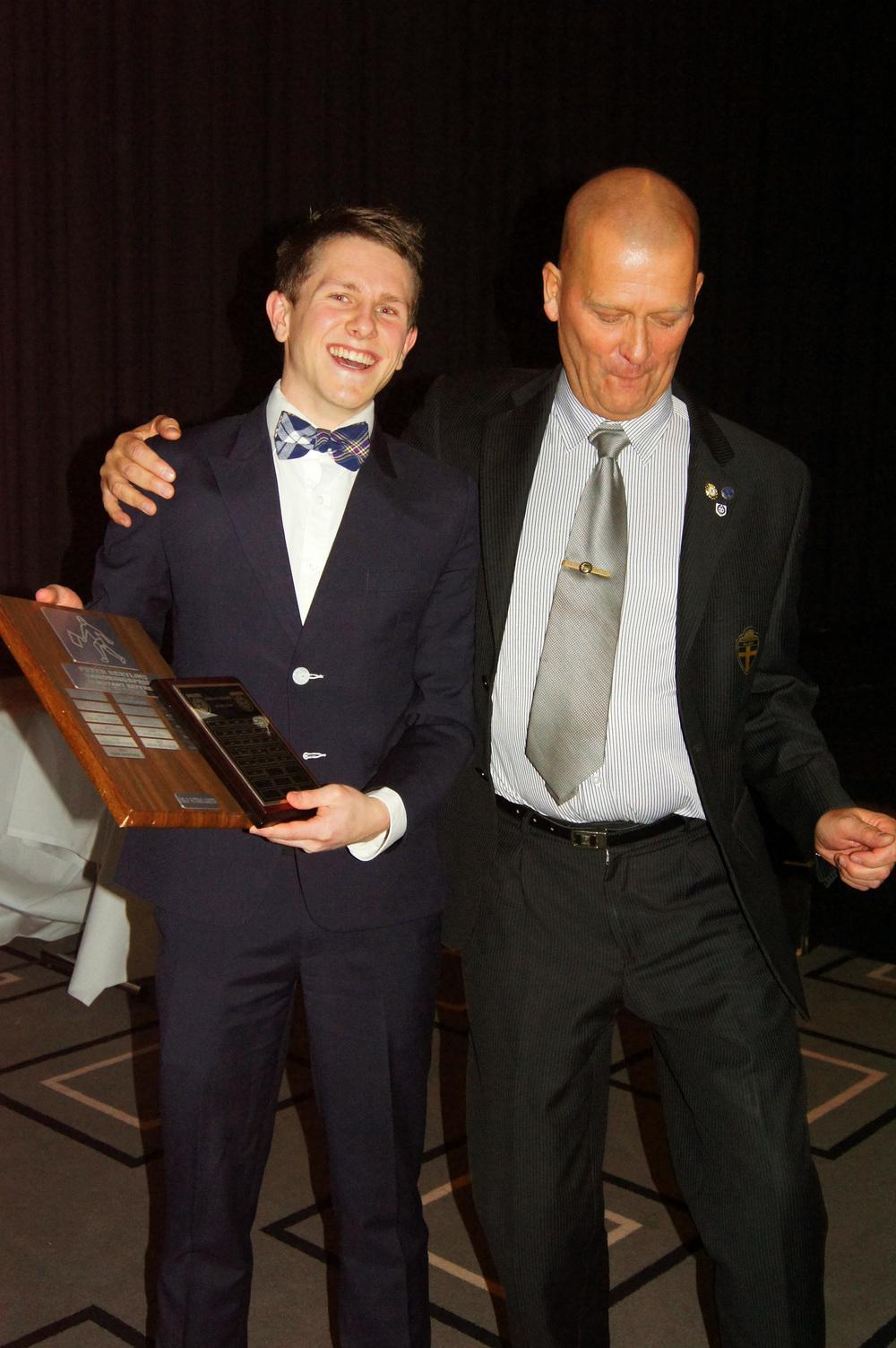 ÅRETS LINJERS:  Isaak Bashevkin fikk utdelt prisen for årets assistentdommer av Peter Bertlin.