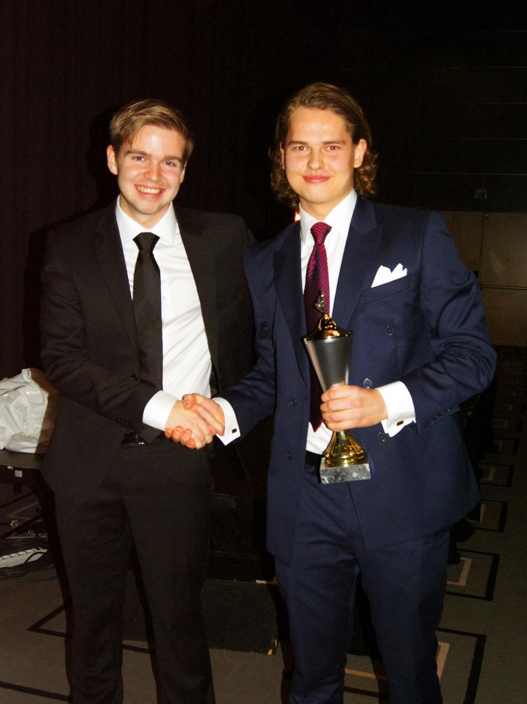 ÅRETS REKRUTTDOMMER: Henrik Skjevestad i OFDL overrakte prisen for årets rekruttdommer til Jonas Virtanen.