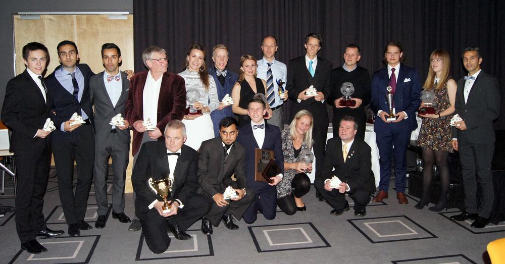 PRISVINNERNE: Alle prisvinnerne samlet etter middagen.