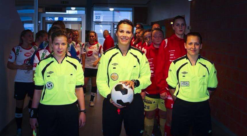 Emilie Rodahl Dokseth fra Bækkelaget sportsklubb dømmer cupfinalen for kvinner.