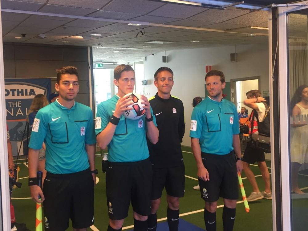KONSENTRERT KVARTETT: Karwan Mamhassan, Stian Sletner, Alexander Sæthern og Nils Bøe klare til å dømme årets Boys 15-finale i Gothia Cup.