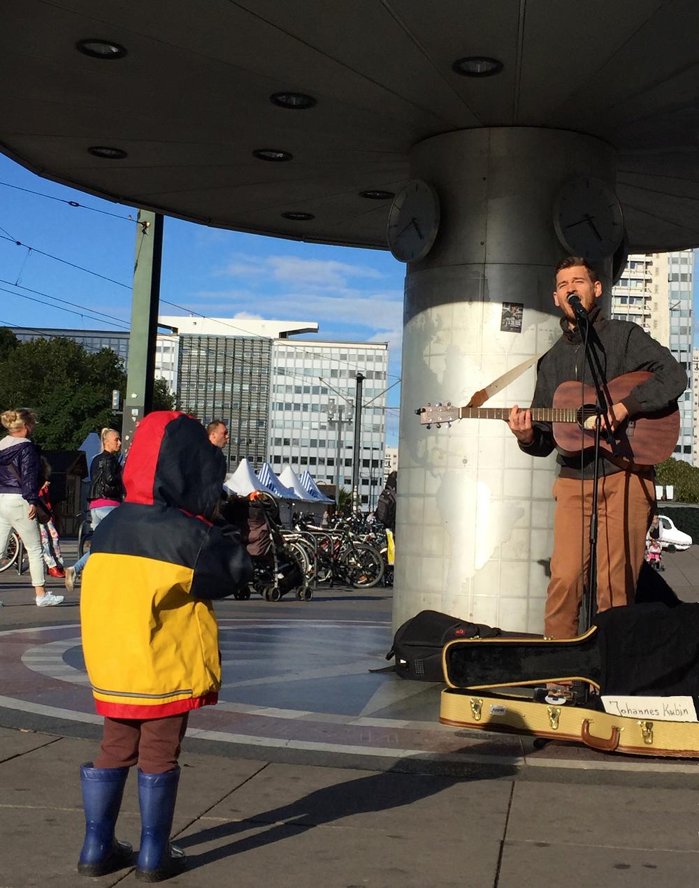 Johannes Kubin am Alexanderplatz + Kind.jpg