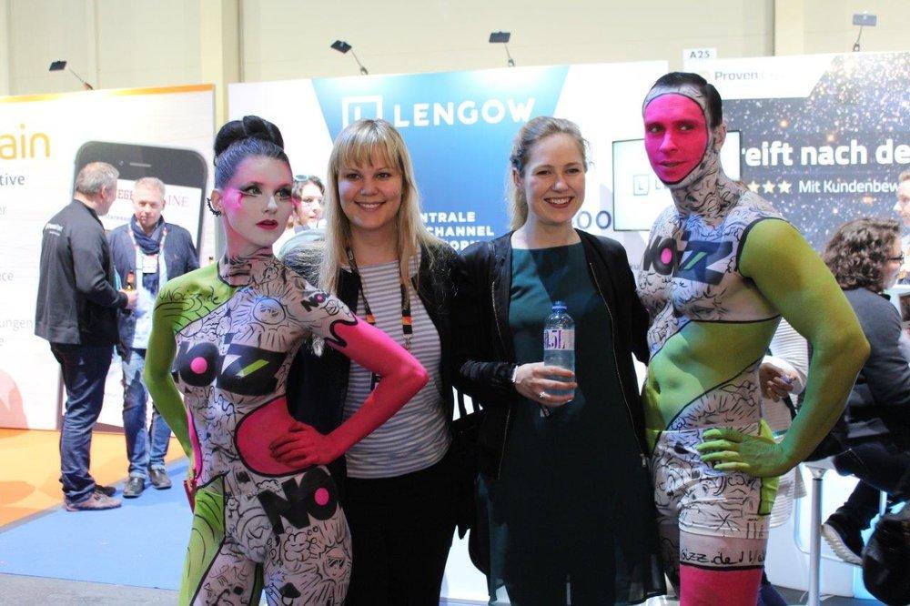 Unsere Bodypainting Models posieren mit Messebesuchern, Foto von Léonie Géne