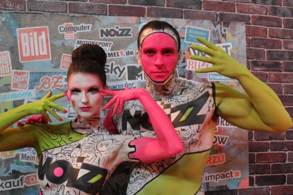 The Models bewerben Noizz in pinken und grünem Body Paint,Foto von Léonie Géne