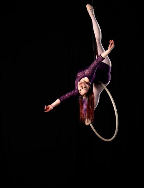 Kathleen Doherty com o seu aerial hoop.