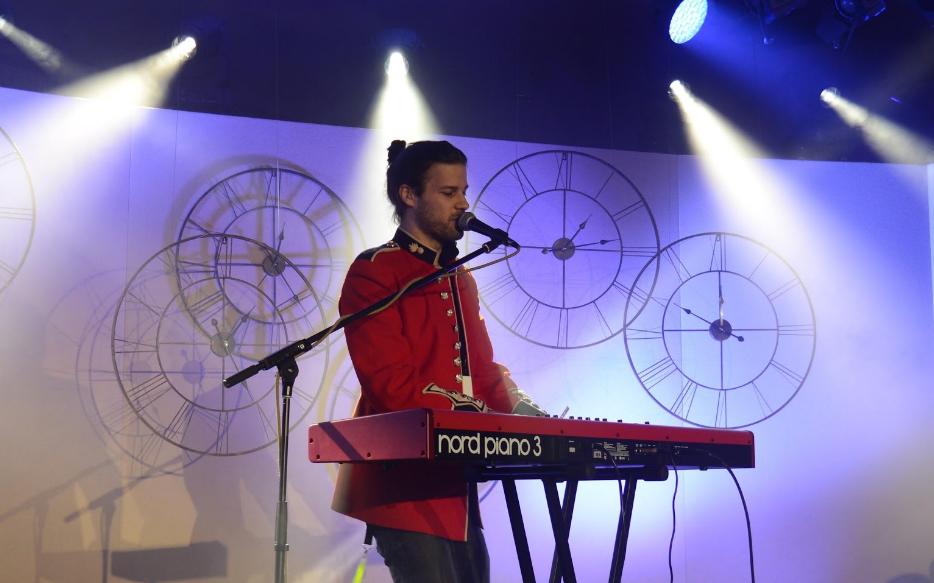 Béranger spielt Keyboard und singt vor dem zahlreichen Publikum
