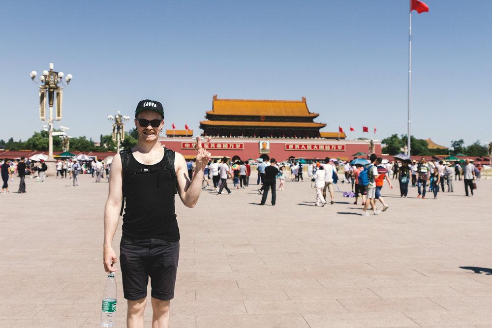 Kristoffer poserer foran den forbudte by ;-)