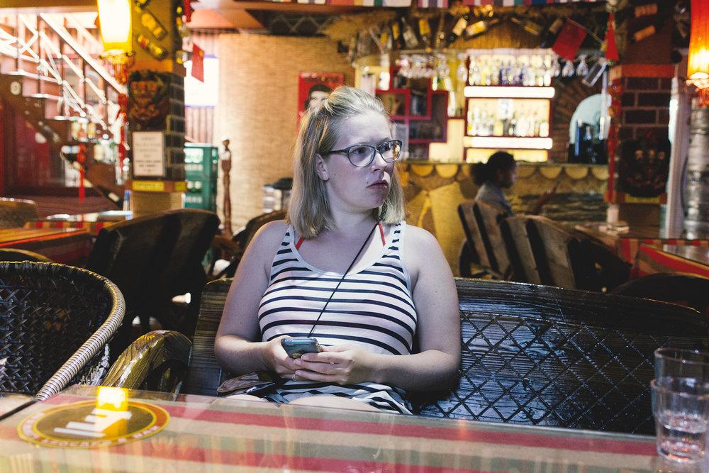 Marita venter på frokost på hostellet
