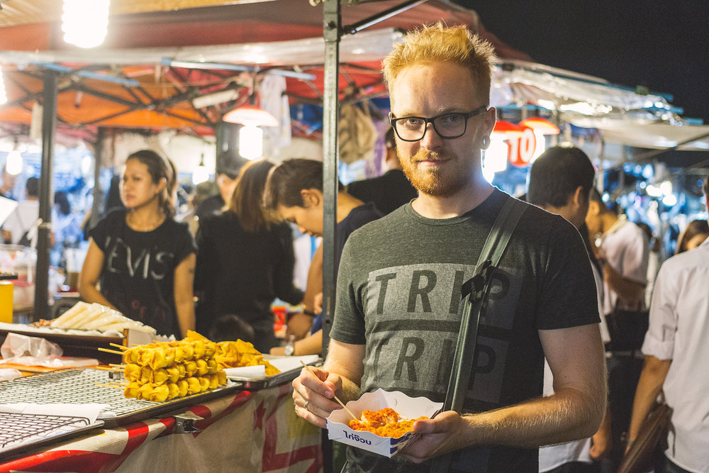 Kristoffer med litt spicy kylling i hånden