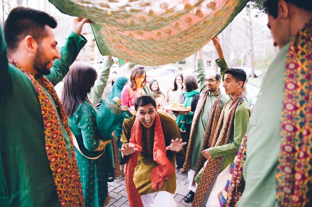 Pakistano groom enetering home