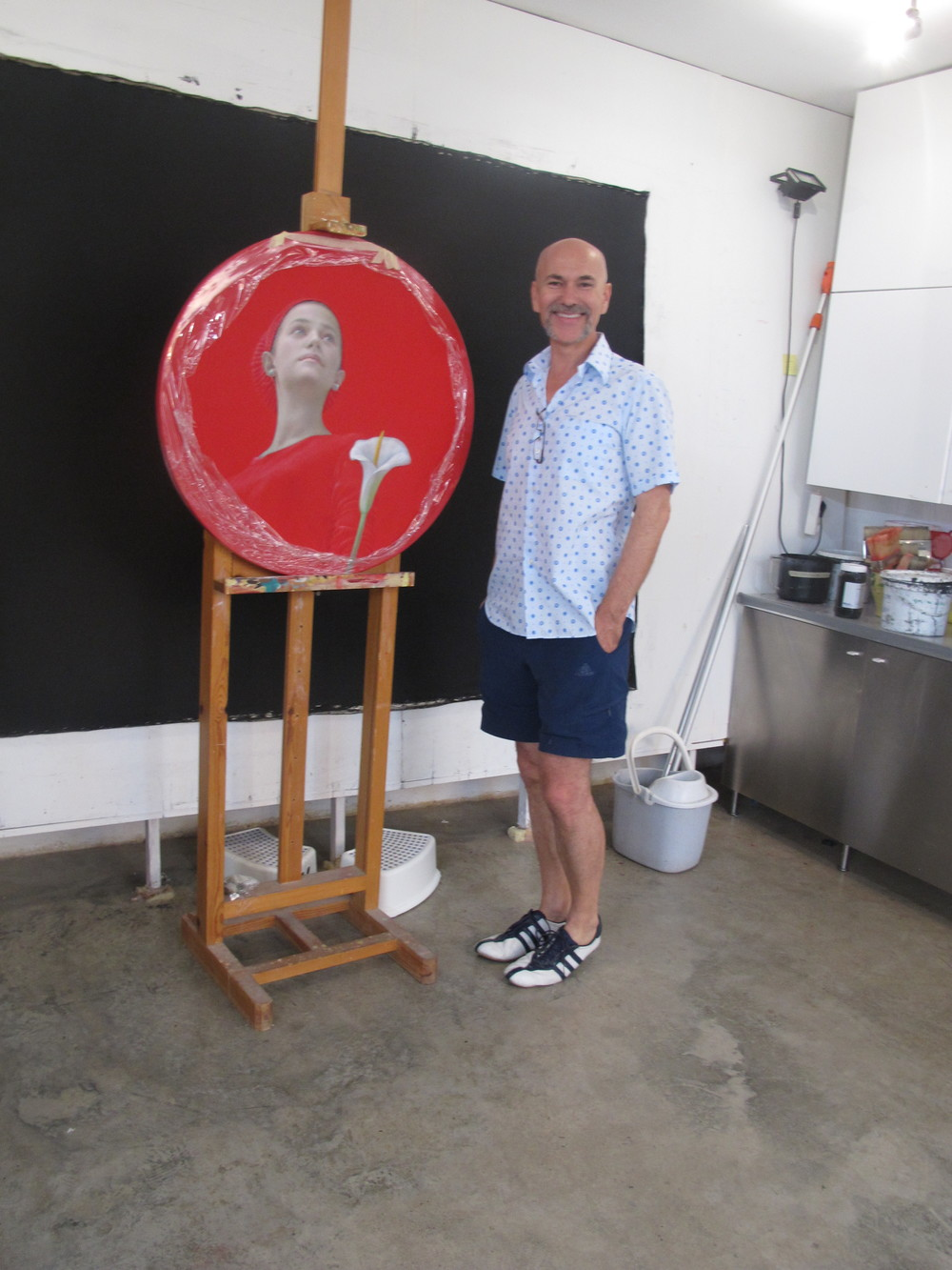 Salustiano close to his easel and his gorgeous red piece