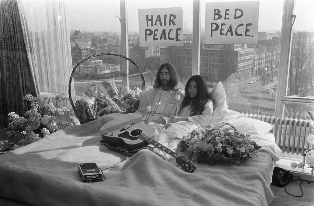 Bed-In_for_Peace,_Amsterdam_1969_-_John_Lennon_&_Yoko_Ono_17.jpg