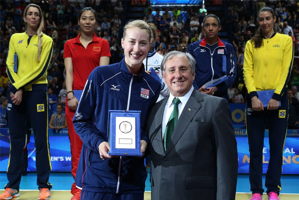 FIVB President Ary Graça presents the tournament MVP award to USA's Kim Hill.  Photo: FIVB