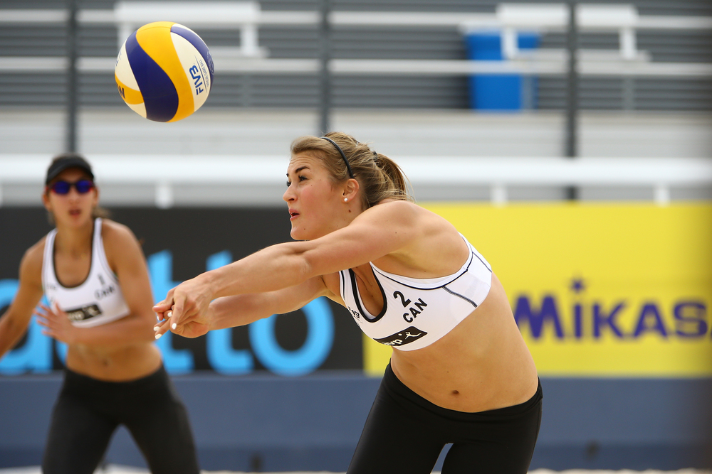 Taylor Pishcke passes the ball as her partner Melissa Humaña-Paredes looks on  Photo: FIVB