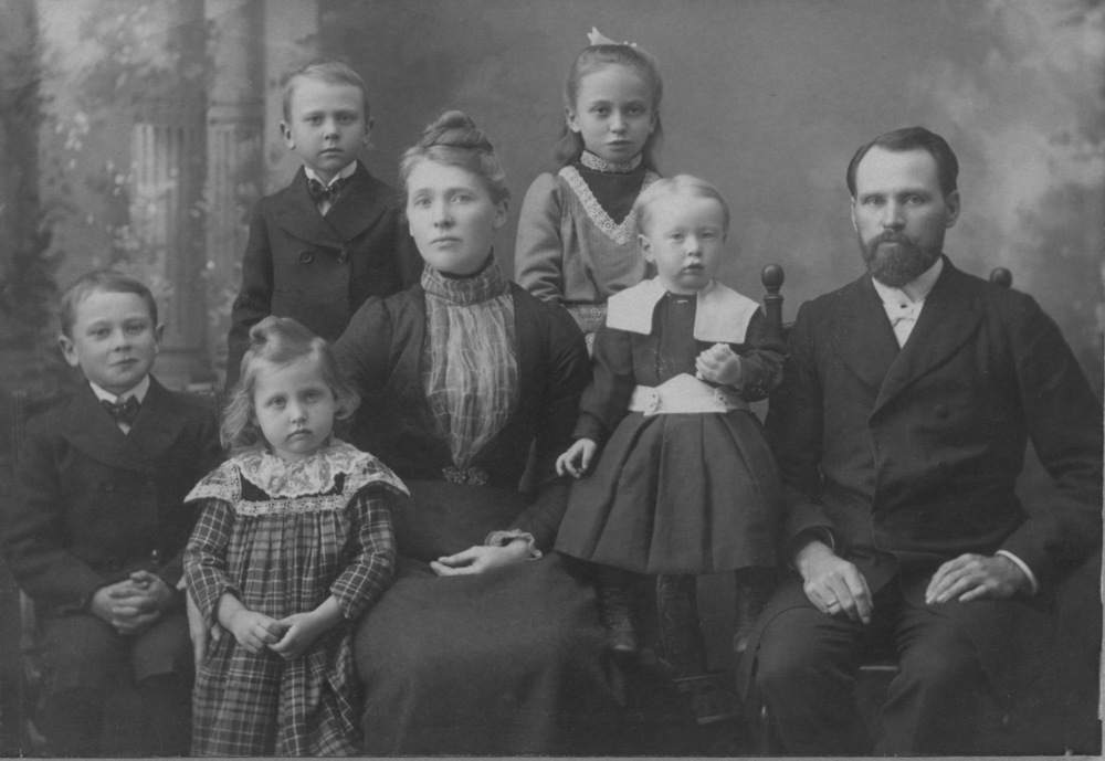 Founding leader K.O. Lundeberg with his family.