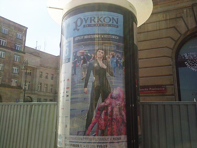 Wypatrzony przez Teda Chianga na warszawskim Krakowskim Przedmieściu plakat Pyrkonu 2015.