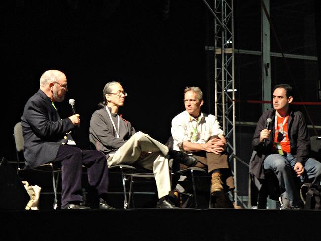 """Od lewej: Joe Haldeman, Ted Chiang, Jasper Fforde i Konrad Walewski rozmawiają o literackich strategiach """"ogrodników"""" i """"architektów""""."""