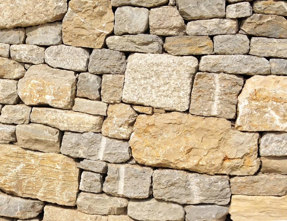 Schichtenmauerwerk einer ca. 2 Meter hohen Stützmauer bei Erlach / BE.