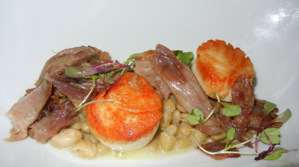 Lightly Seared Scallop with Duck Confit and Fagioli (special)