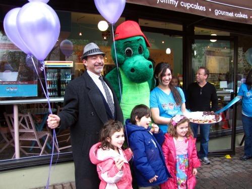 cupcakes by carousel dinosaur balloons.jpg