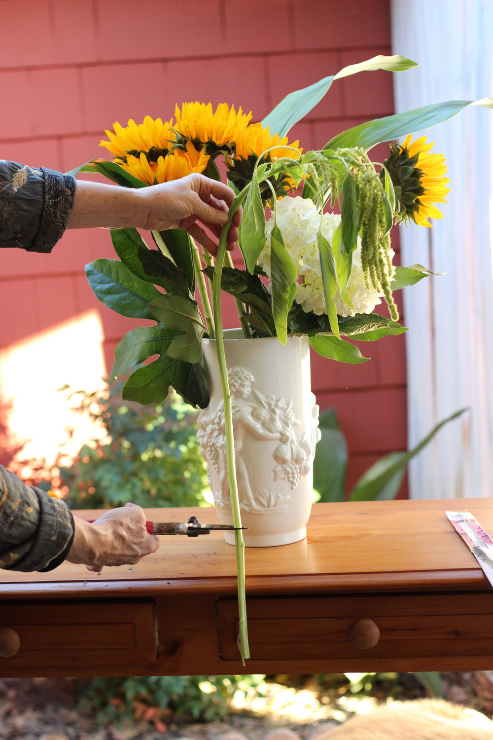 Hold the amaranthus in front,  measure and cut.  Put a piece on both sides in the vase.