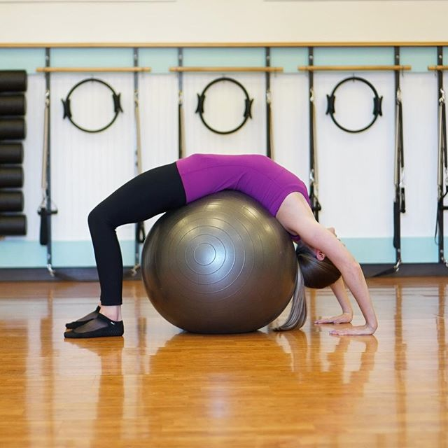 Just having a ball today! 😂 We love utilizing fitness balls to help with our work outs! It may look like fun and games, but the fitness ball can wear us out 🥵 • • • • #pilates #yoga #pilatesstudio  #pilateslife #pilatesfit #pilatesoutfit #pilatesbody #pilatescommunity #pilatesfitness #fitnessball #pilatesinstructor #contrology #josephpilates #pilateslovers #lbc #longbeach #lakewood #cerritos #cypress #losalamitos #sealbeach #huntingtonbeach #workoutmotivation #pxstrong