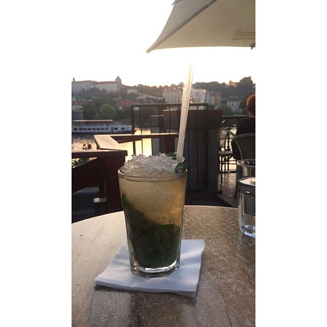 🍋+💦+🍃= This. #virginmojito #lemon #mint #lemonade #refreshing #prague #oldtown #charlesbridge #cafe #evening #history #WVFgoestoPrague