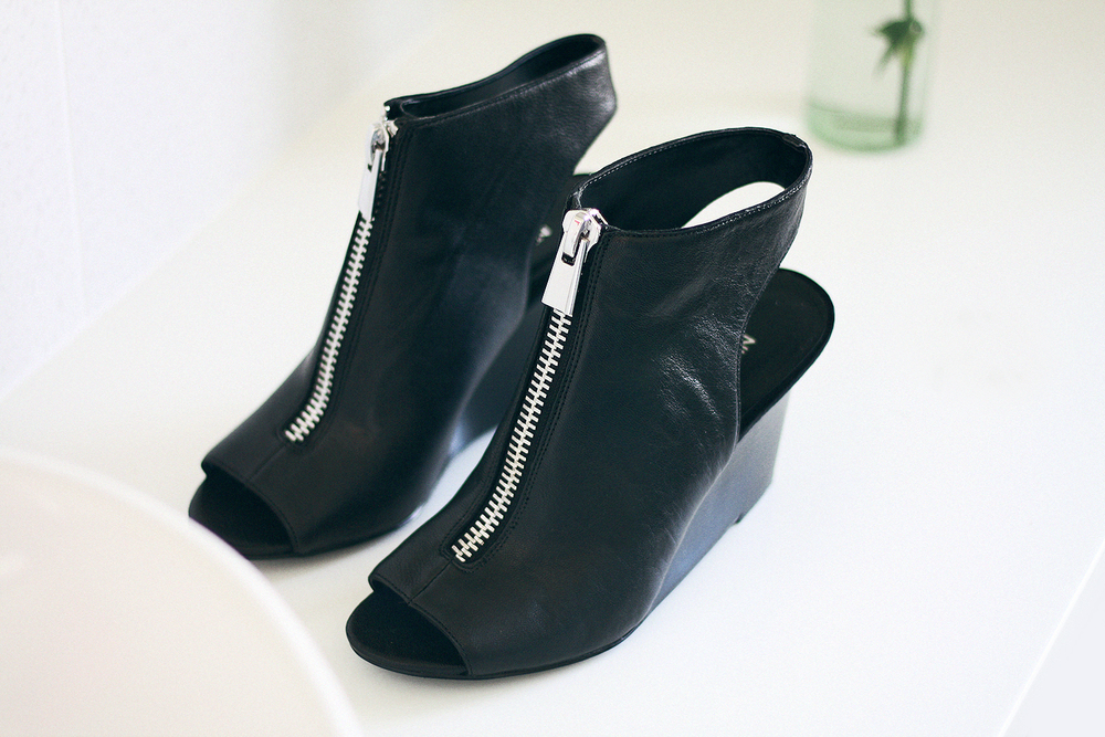 I haven't bought a pair of wedges in quite a long time because I just haven't been able to find some that I love.. but i recently came across the edgy Hollyroot Wedged Boot Heel by Nine west and these styled back with a pair of skinny black jeans - the zipper detail sets them off!