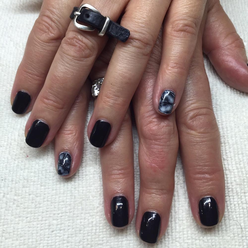 Black gel polish mani w marble features