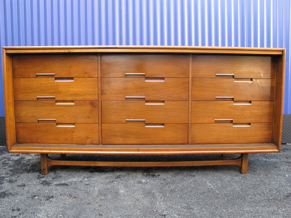 DETAIL - MID CENTURY BEDROOM SET DRESSER