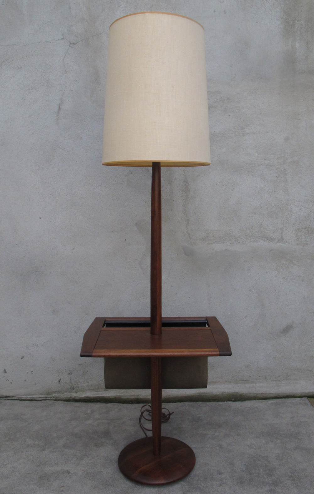 MID CENTURY LAUREL LAMP TABLE WITH MAGAZINE RACK