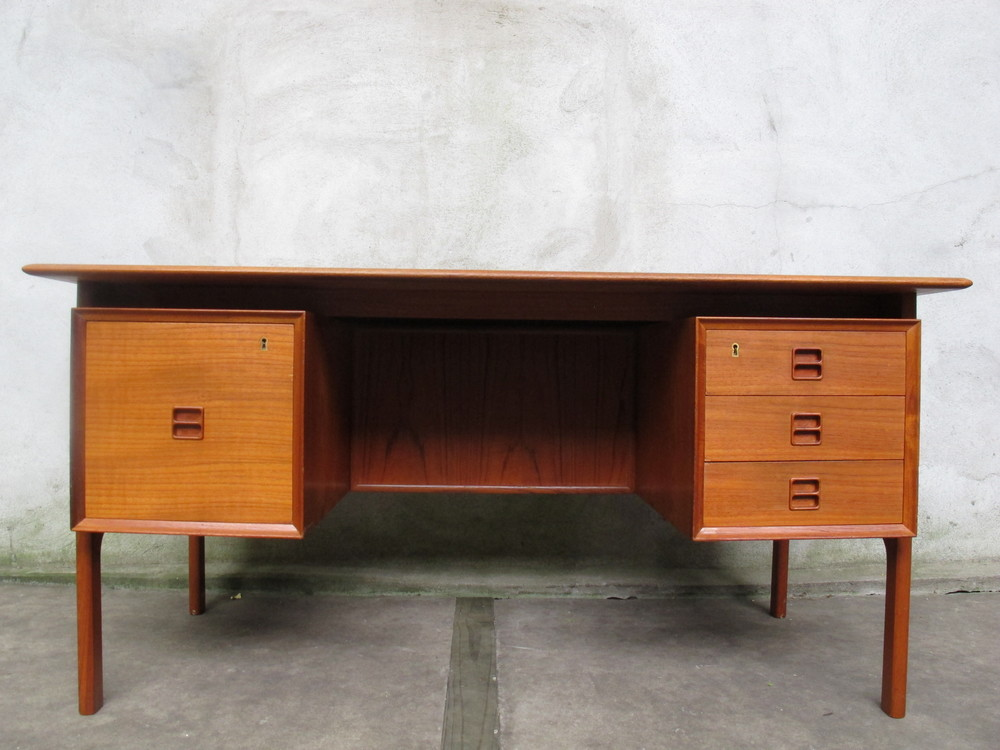 DANISH MODERN TEAK DESK BY ARNE VODDER