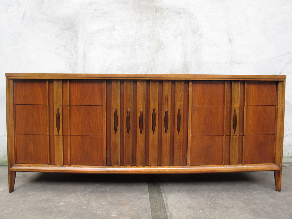 MID CENTURY WALNUT LONG DRESSER BY THOMASVILLE