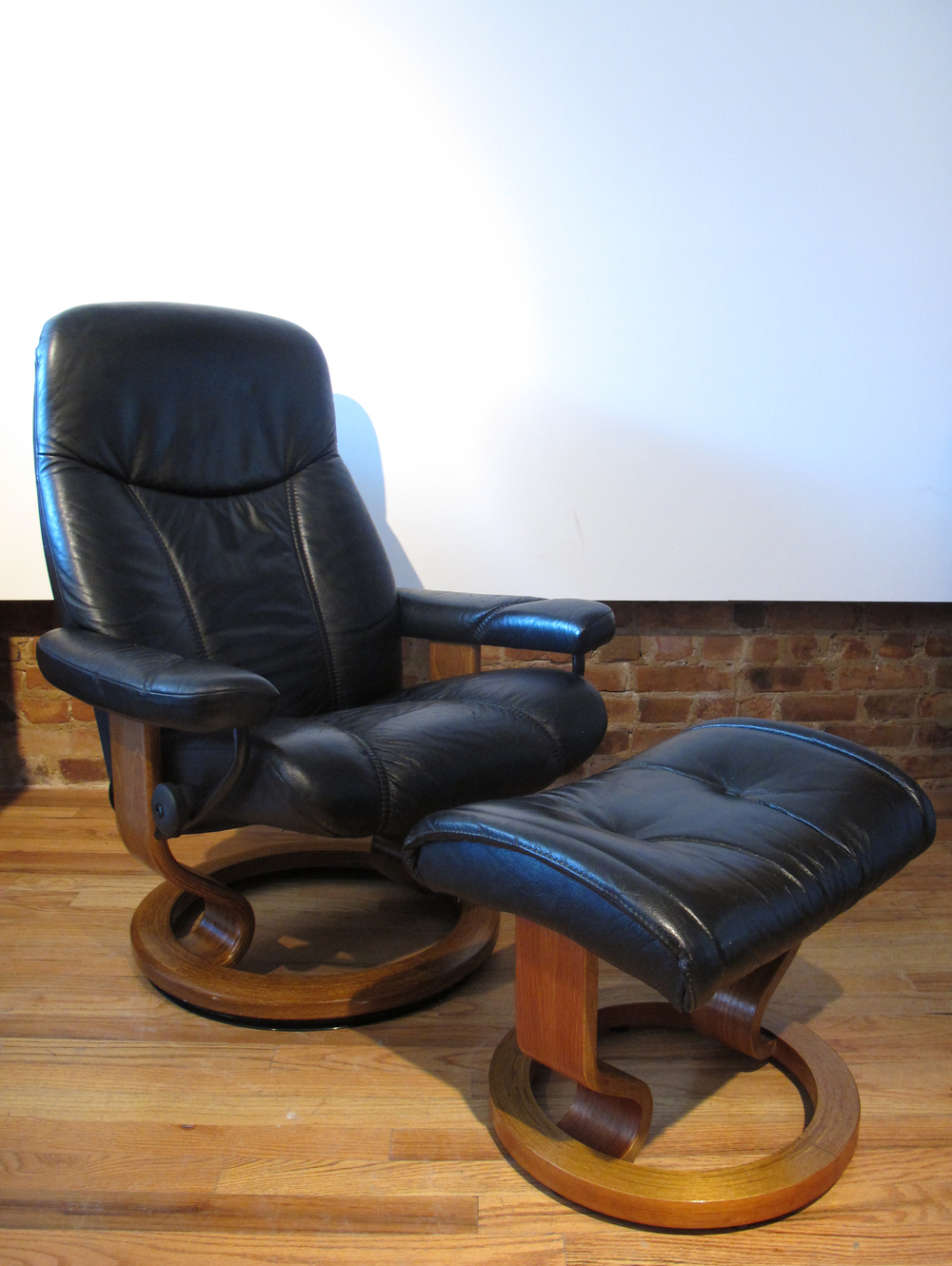 EKORNES STRESSLESS BLACK LEATHER BLACK CHAIR WITH OTTOMAN