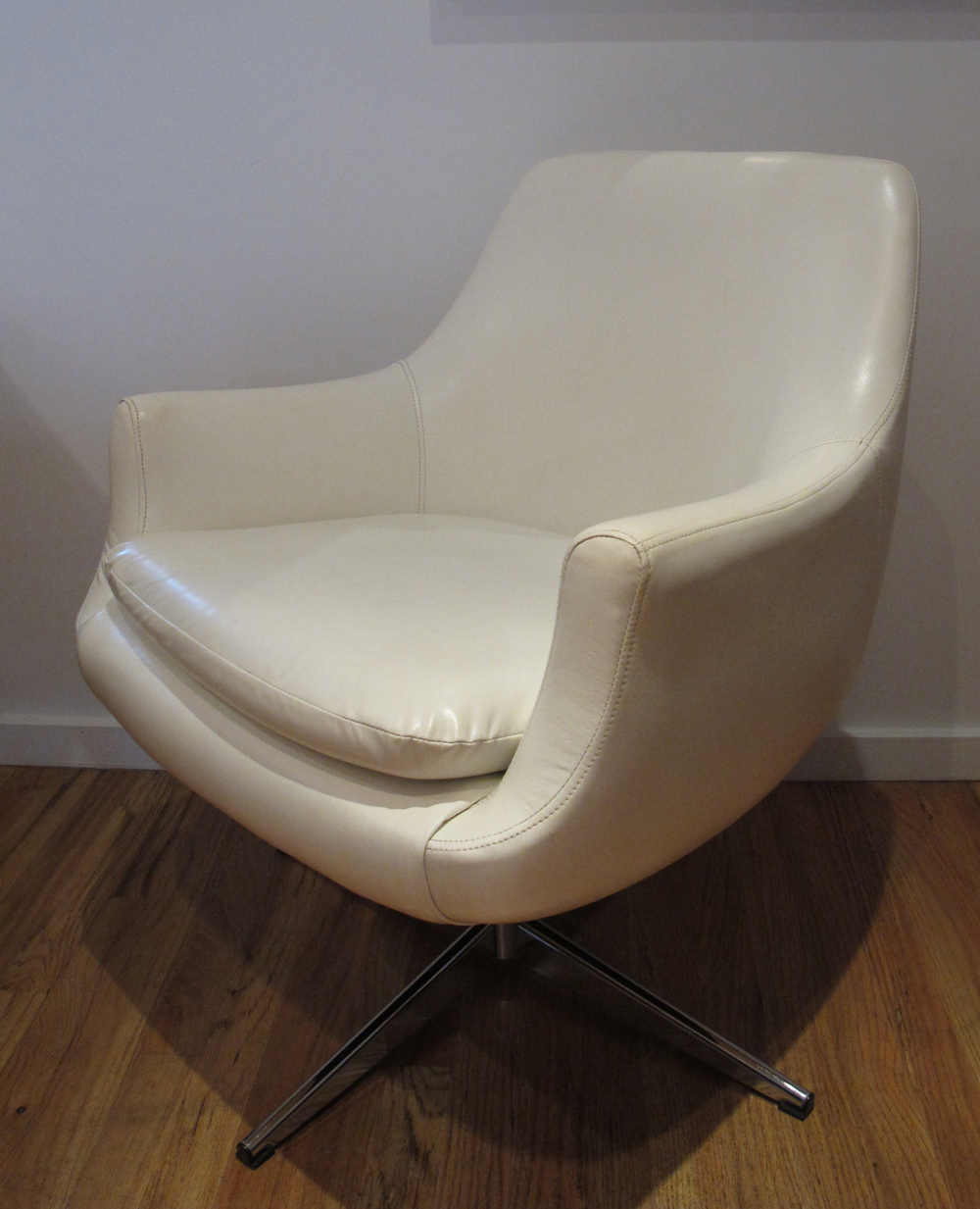 MID CENTURY WHITE SWIVEL LOUNGE CHAIR BY BURRIS INDUSTRIES