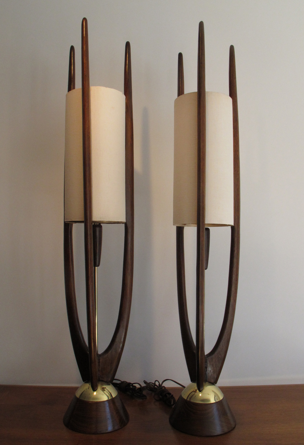 PAIR OF WALNUT AND BRASS SCULPTED TABLE LAMPS BY MODELINE OF CALIFORNIA