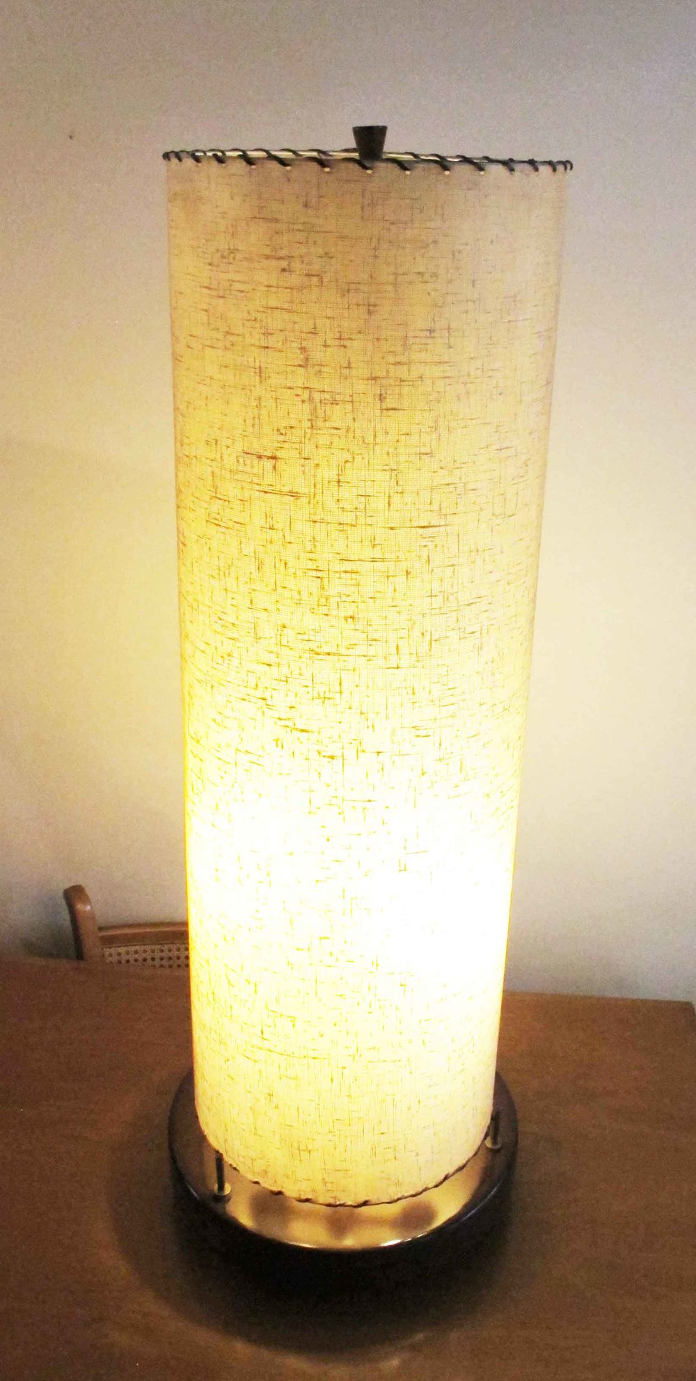 MID CENTURY MODERN MODELINE STYLE LARGE WALNUT TABLE LAMP WITH BRASS ACCENTS